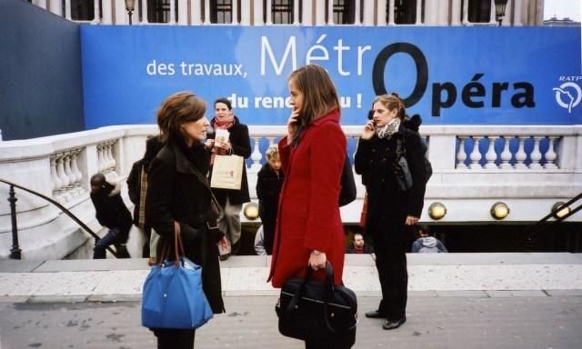 opera-girls-talking-1